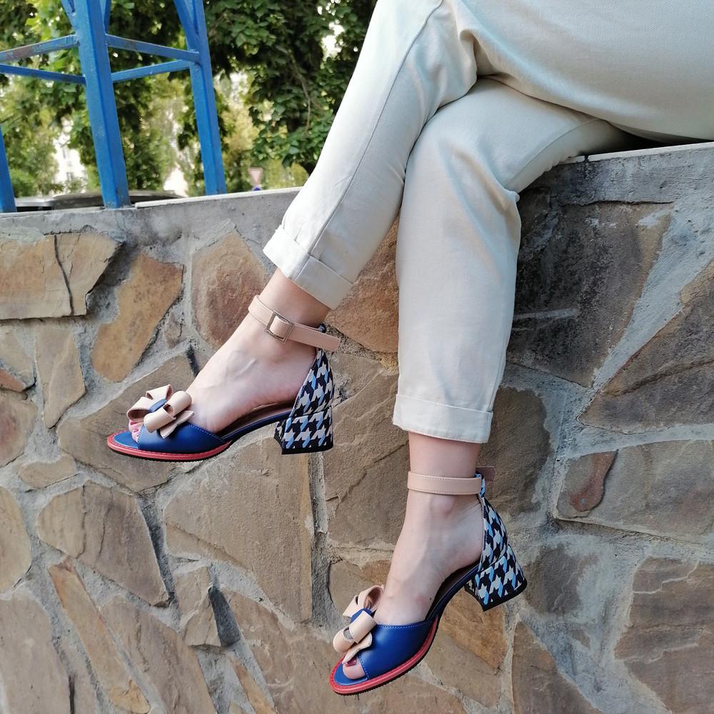 Босоножки с маленьким объемным бантиком, каблук 4см, цвет синий