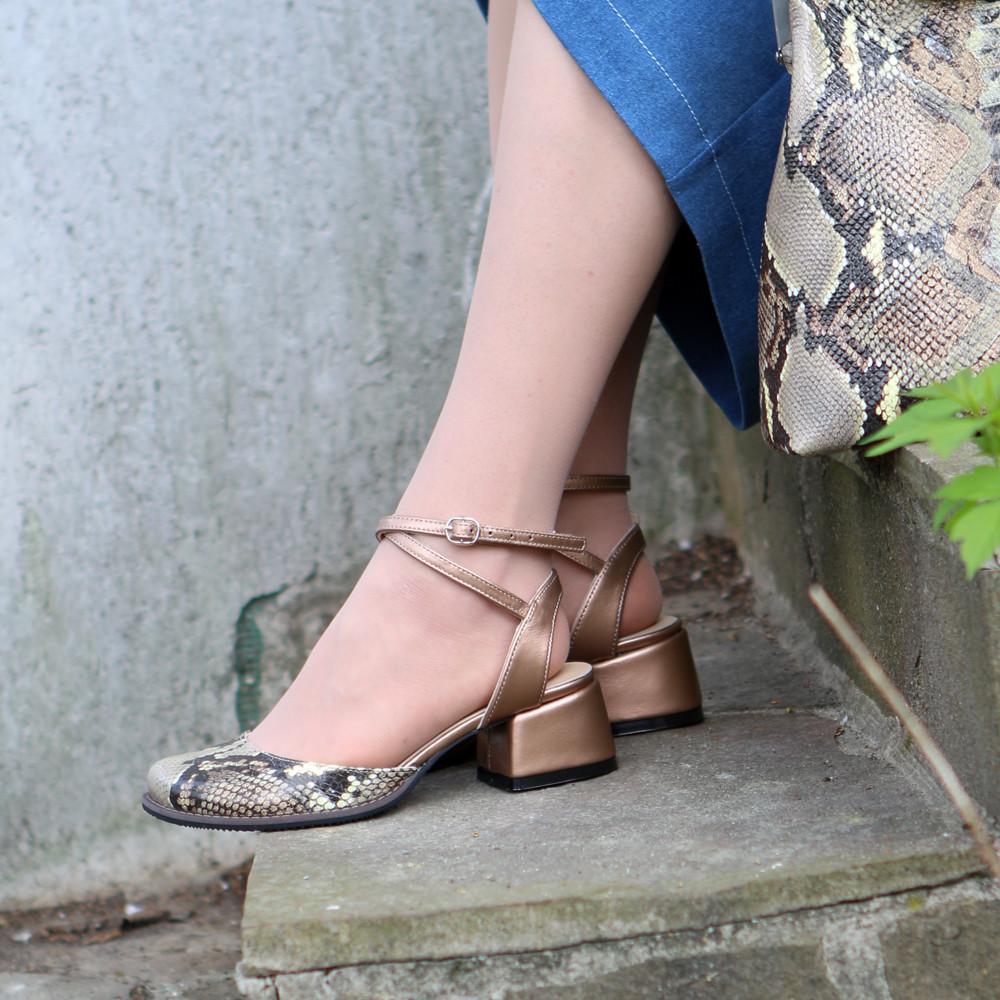 Босоножки с закрытым носком из кожи бронзового цвета и питона, каблук 4см, в наличии размер 36