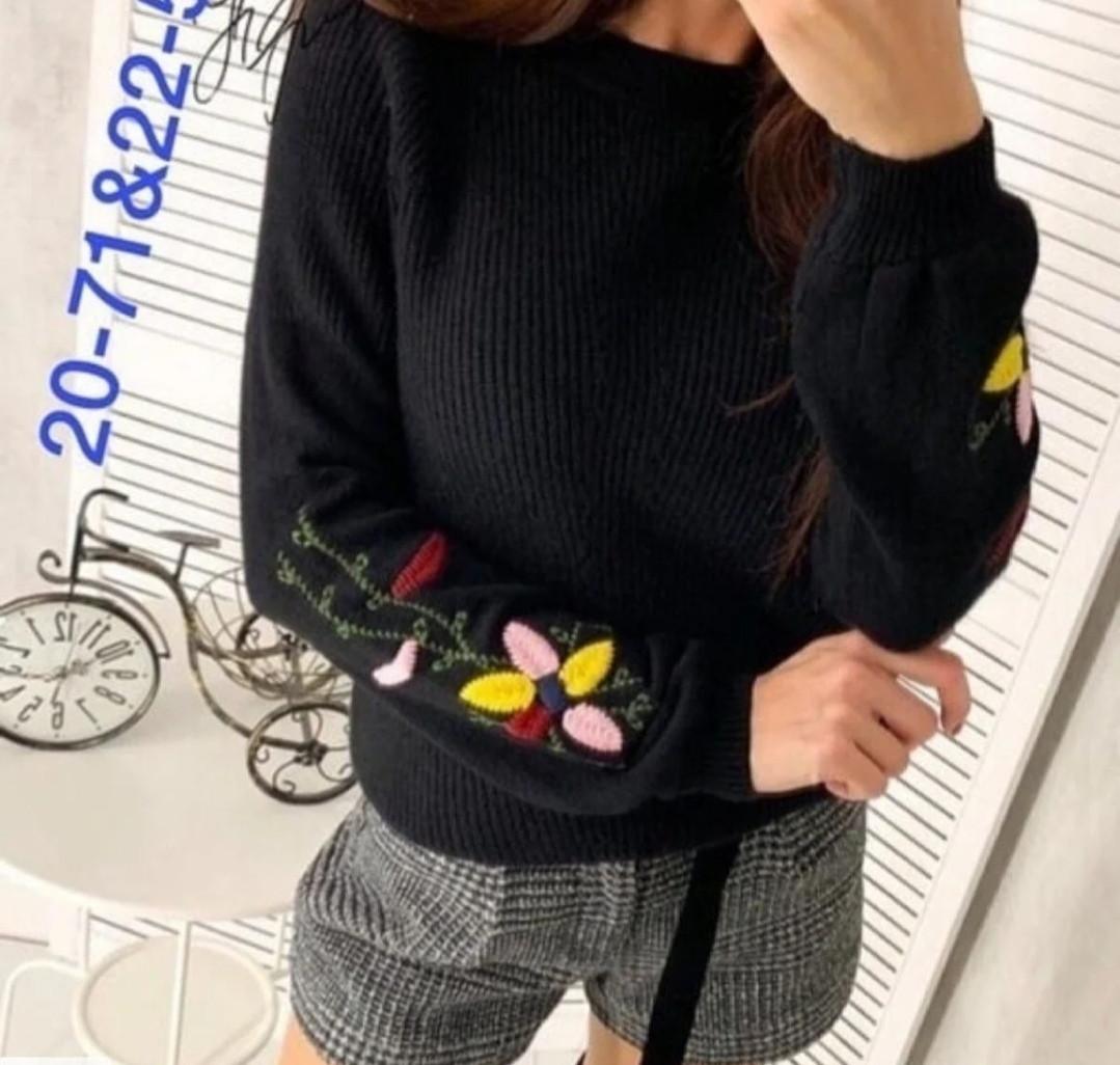 Теплий в'язаний жіночий чорний светр з вишивкою