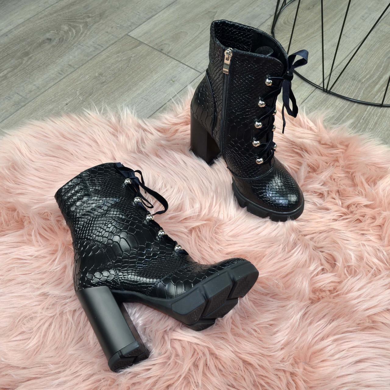 Ботинки женские черные на высоком устойчивом каблуке. Натуральная кожа с тиснением питон