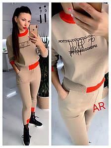 Стильный костюм для женщин с аппликацией на груди 42-44 р