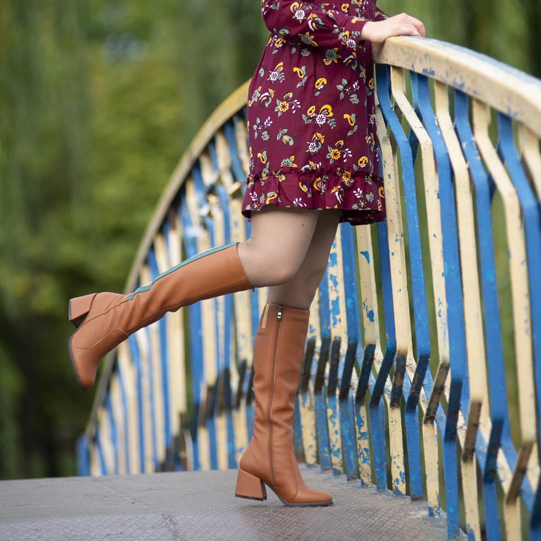 Сапоги облегающие по ноге с декоративными деталями на голени, каблук 6см, цвет коньяк