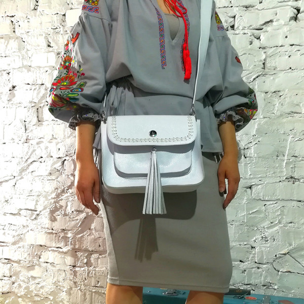 Сумка-почтальонка с декоративным плетением и съемной декором бахромой