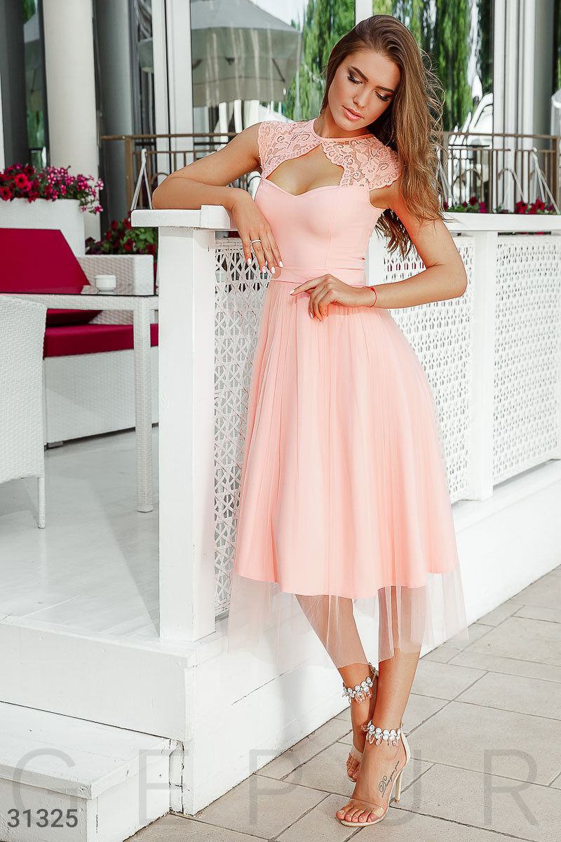 Платье женское с кружевной отделкой