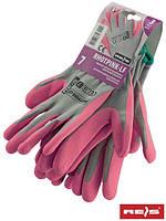 Защитные рукавицы, выполнены из полиэфира, покрыты вспененным латексом RHOTPINK-LF JSR