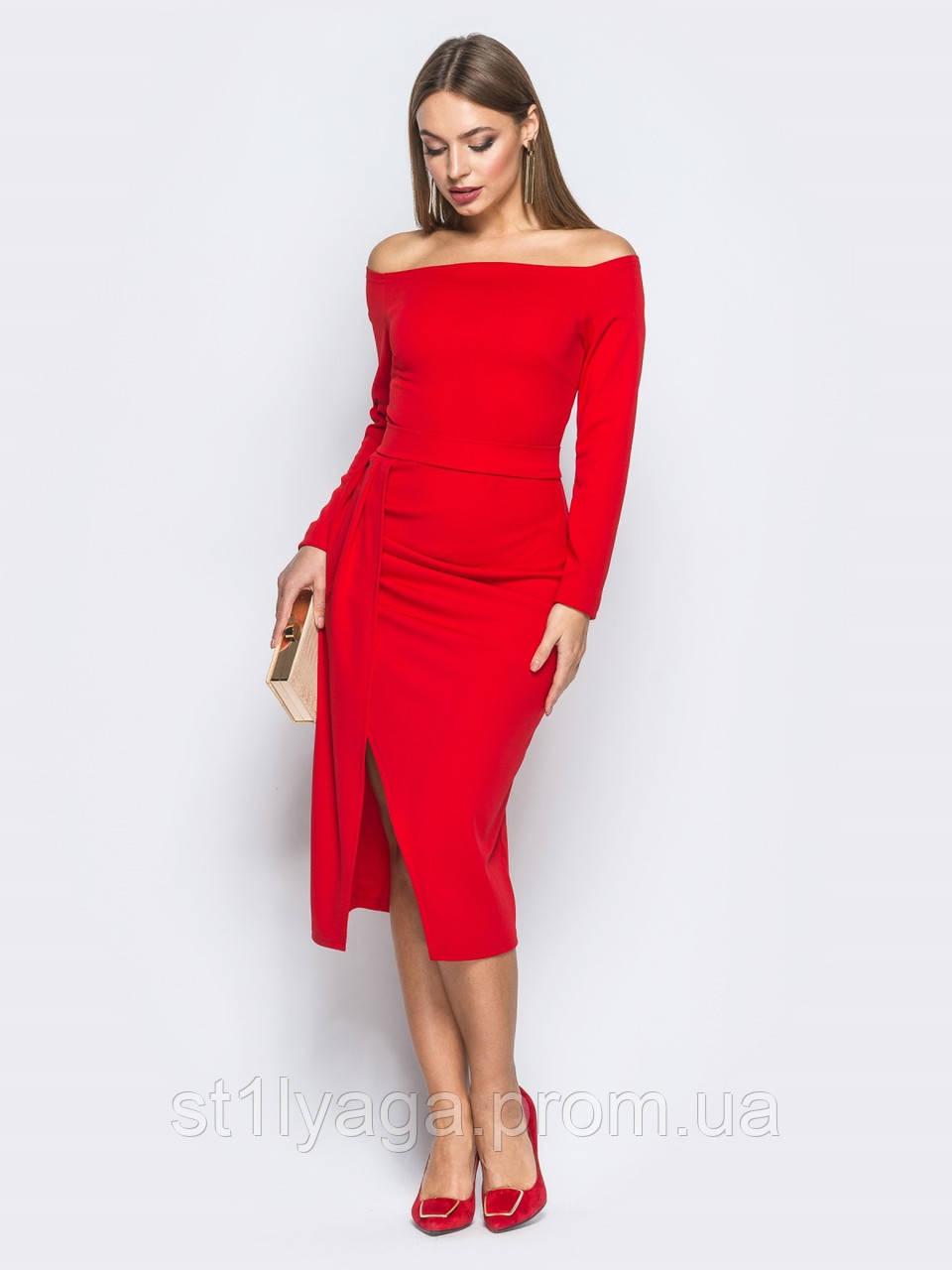 Приталенное платье миди с открытыми плечами и поясом в комплекте красное