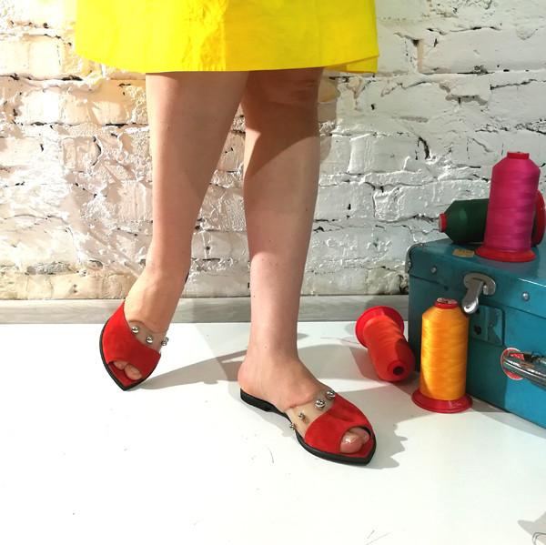 Шльопанці з силіконовою вставкою і металевим перлами, колір червоно-морквяний