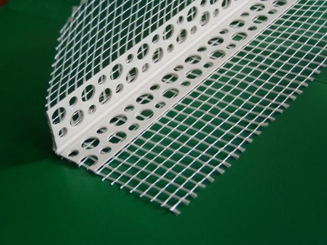 Перфоугол пластиковый с сеткой 3 м