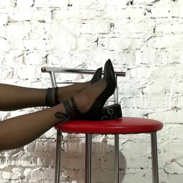 Туфли черного цвета с вышивкой на каблуках