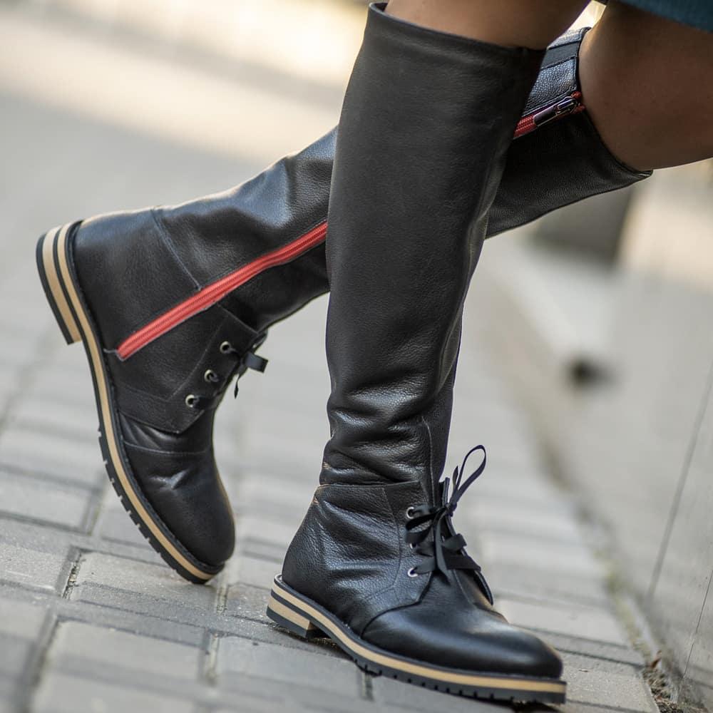 Чорні шкіряні чоботи з червоною блискавкою