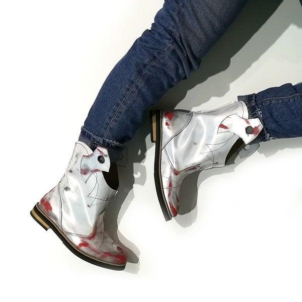 Ботинки-казаки на низком ходу, цвет белый-серебро-красный