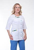 Модный женский медицинский костюм декорирован вышивкой