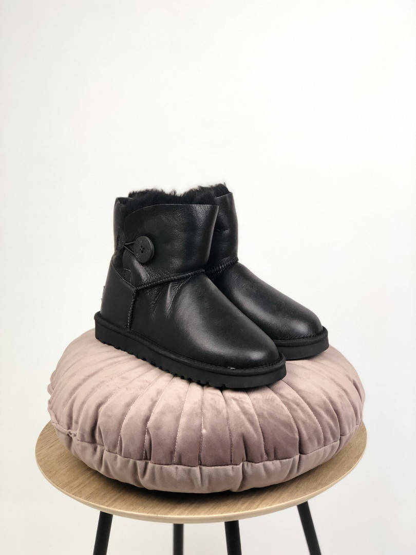 Зимние женские угги с натуральным мехом UGG Classic Short Black Surface