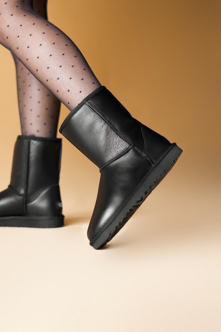 Зимние женские угги с натуральным мехом UGG Classic Short Black Leather