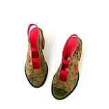 Закрытые босоножки на резинках из замша цвета золотистой оливки и вышивкой, фото 3