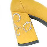Туфли цвета желтой горчицы с вышивкой на каблуках, фото 5