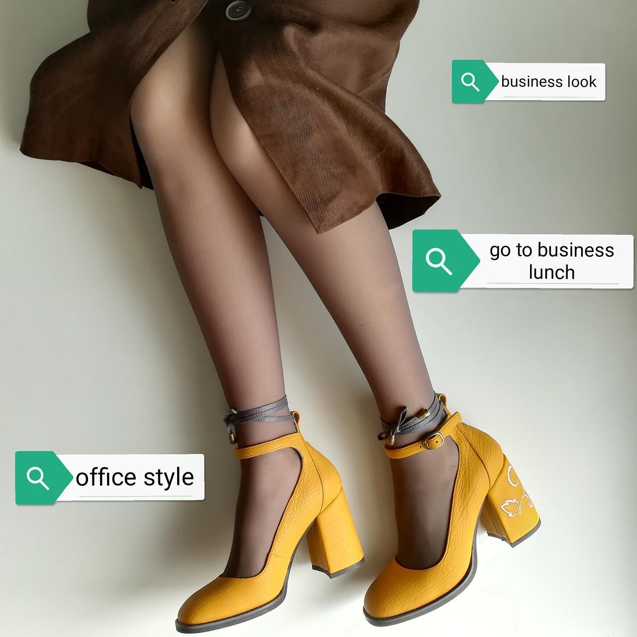 Туфли цвета желтой горчицы с вышивкой на каблуках