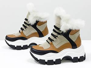 Зимние спортивные ботинки с ярко-белым эко-мехом, из бежевой замши и вставками рыжей и черной кожи