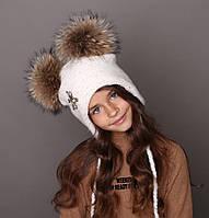 Детская белая зимняя шапка с двумя натуральными помпонами бубонами из енота для девочки «Адель» 52 54 56