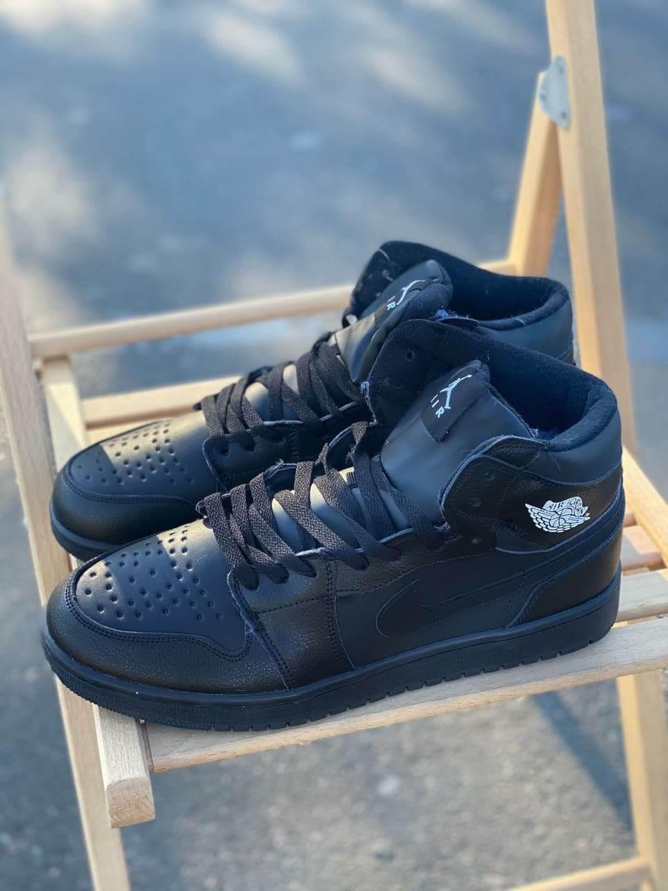 Кожаные высокие зимние кроссовки на меху Nike Air Jordan Retro черного цвета (Найк Аир Джордан 41-46)