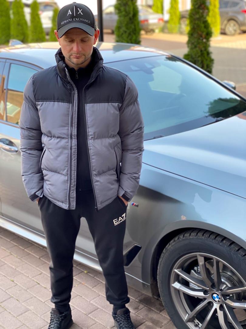 Мужская стеганая куртка с карманами по бокам, и контрастными вставками на плечи.