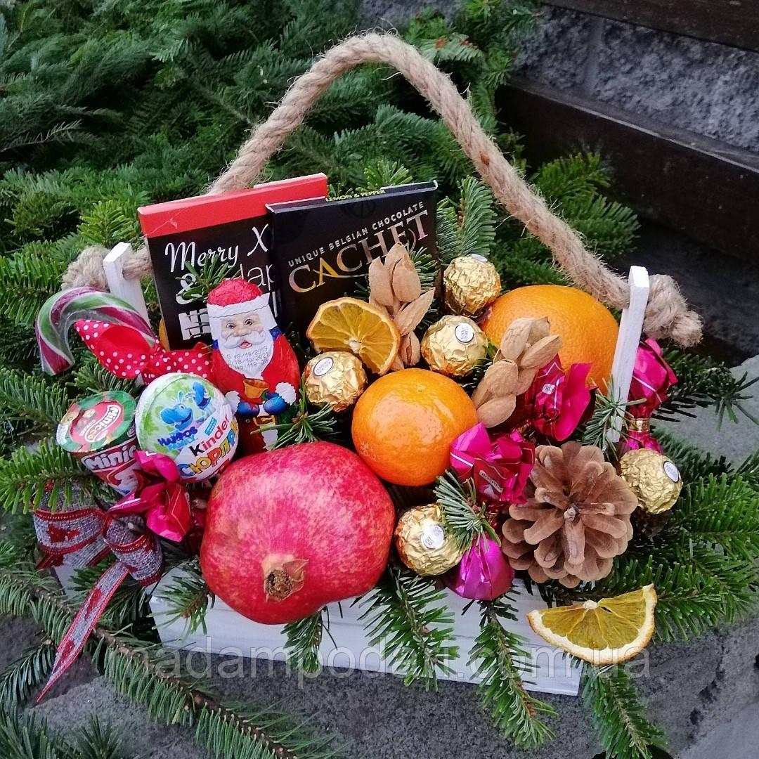 Новогодняя корзина с фруктами и конфетами
