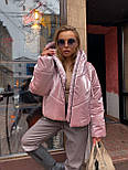 Женская короткая дутая куртка с капюшоном из плащевки лаке (р. 40-58) vN10633, фото 3