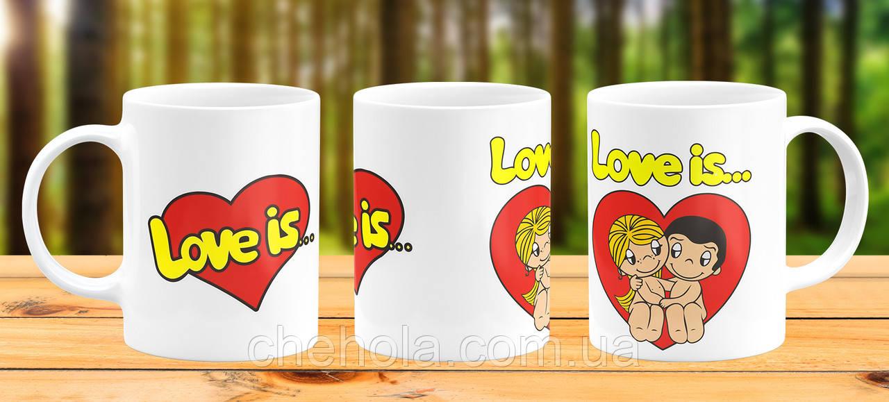 Оригінальна гуртка з принтом Love is Прикольна чашка подарунок Дівчині Дружині