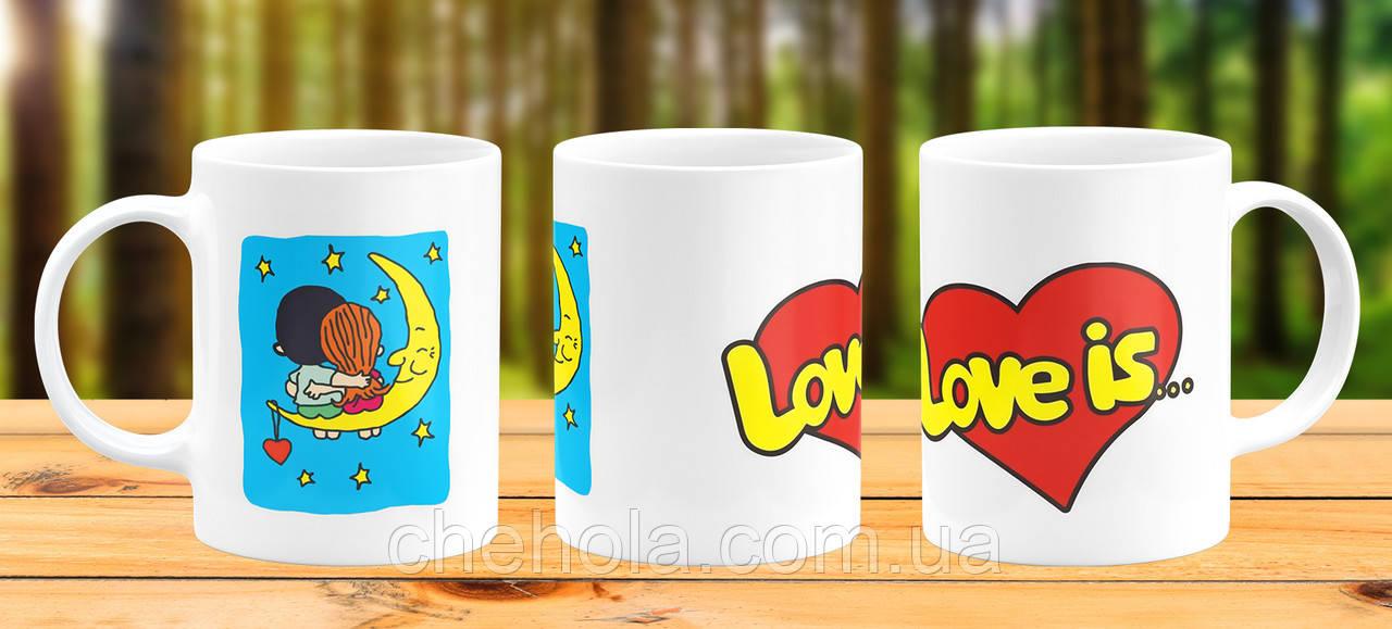 Оригінальна гуртка з принтом Love is Прикольна чашка подарунок Подрузі Дівчині