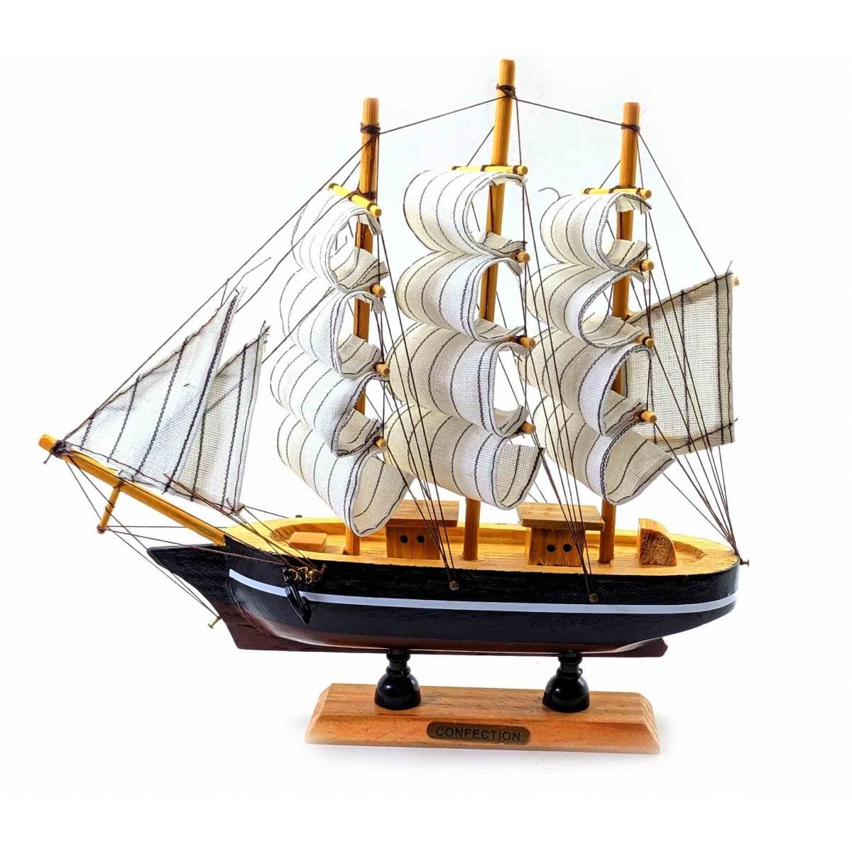 Модель парусника из дерева подарочная