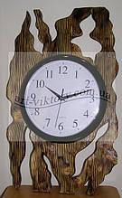Часы в деревянной оправе.