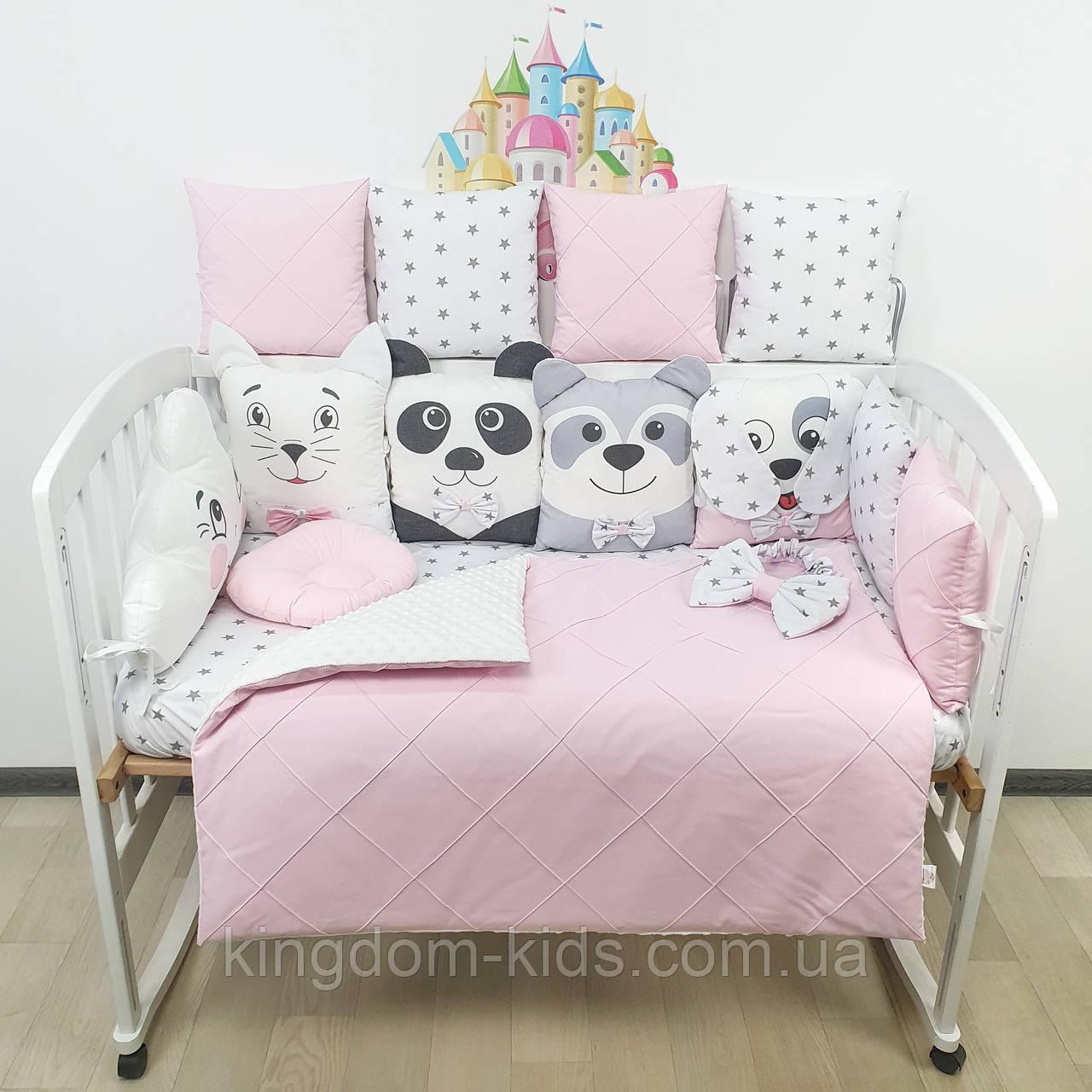 Комплект бортиков и постельного в кроватку с игрушками и облаком с биссерной строчкой в нежно-розовых тонах
