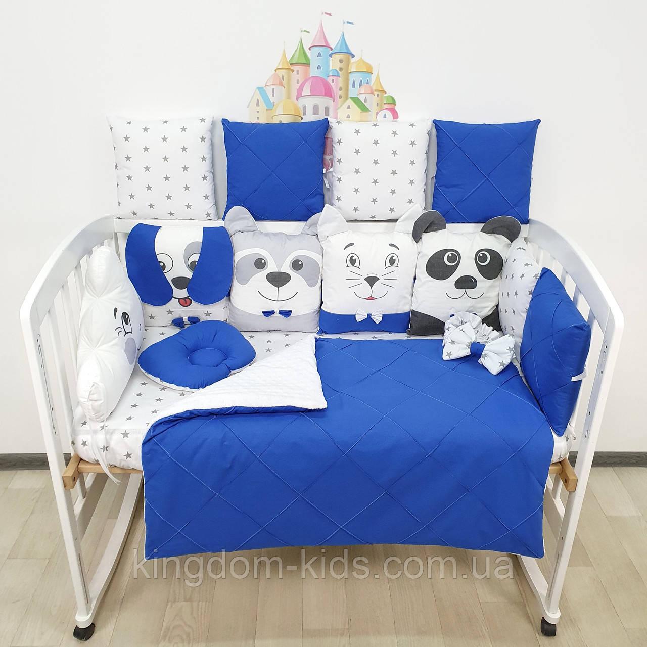 Комплект бортиков и постельного в кроватку с игрушками и облаком с бисерной строчкой в синих тонах