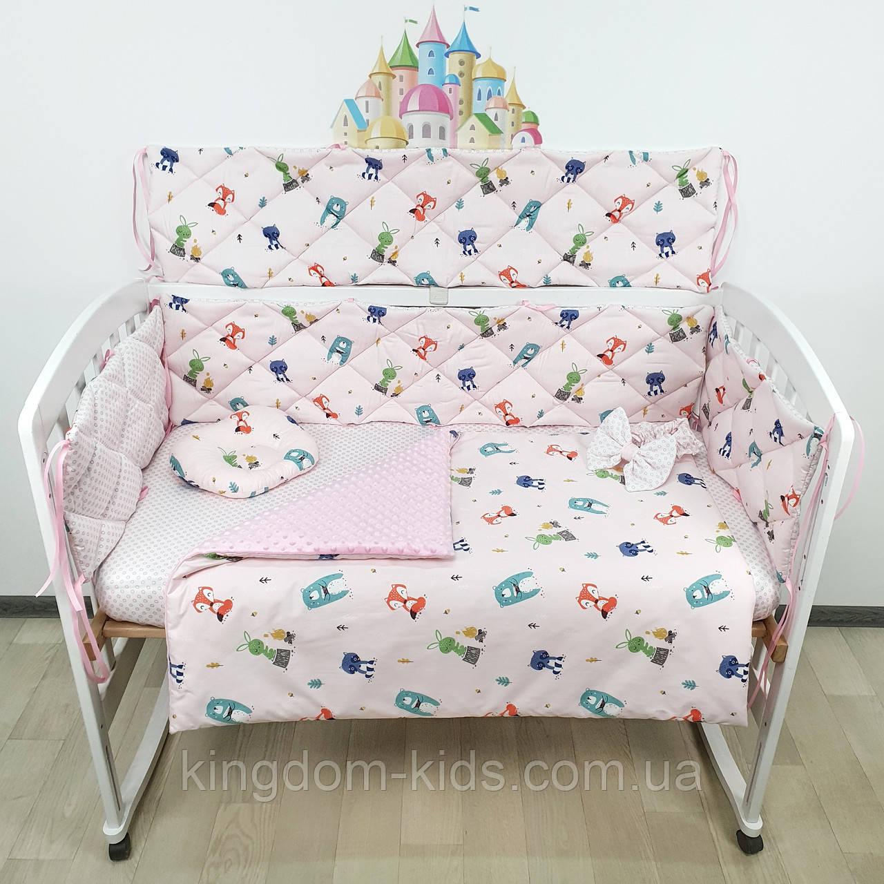 Комплект плоских бортиков и постельного из САТИНА в кроватку с лесными зверятами на нежно-розовом