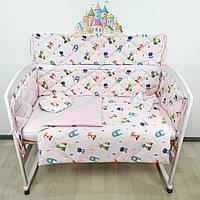 Комплект плоских бортиков и постельного из САТИНА в кроватку с лесными зверятами на нежно-розовом, фото 1