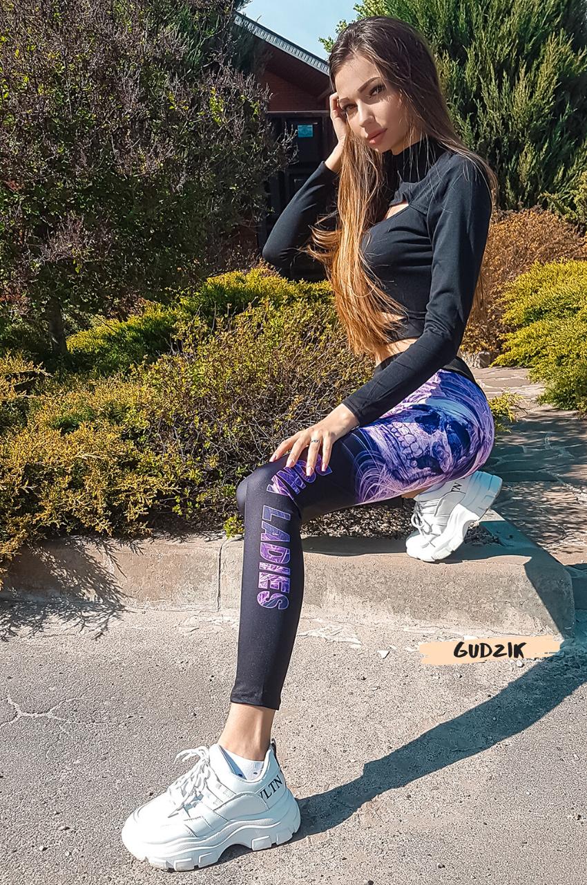 Женские фитнес лосины с фиолетовым принтом