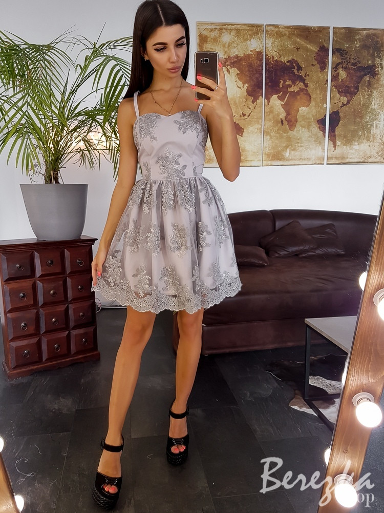 Кружевное платье с пышной юбочкой