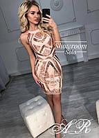 Модное красивое женское платье украшено пайетками