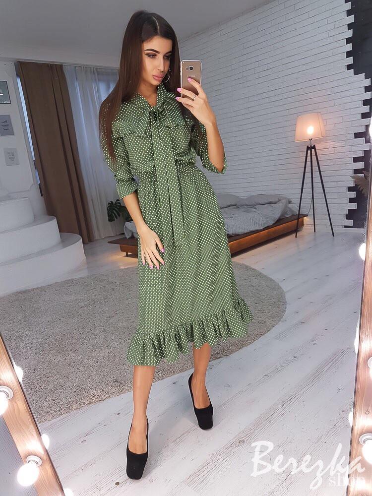 Красивое женское платье с рюшами