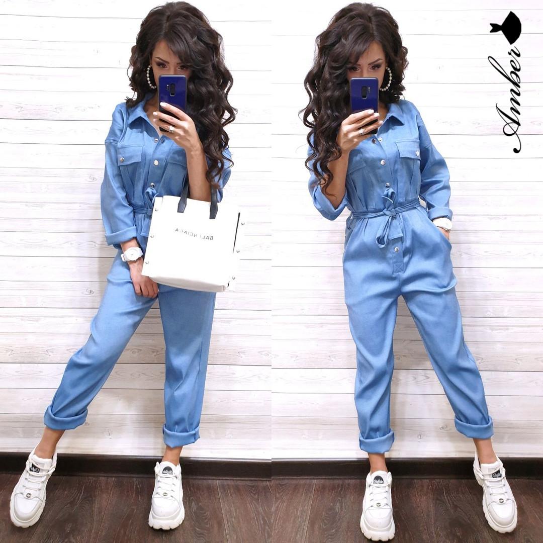 Женский джинсовый комбинезон с карманами и поясом