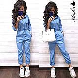 Женский джинсовый комбинезон с карманами и поясом, фото 2