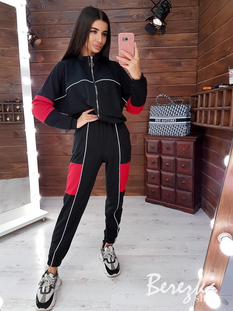 Модный женский костюм с контрастными вставками