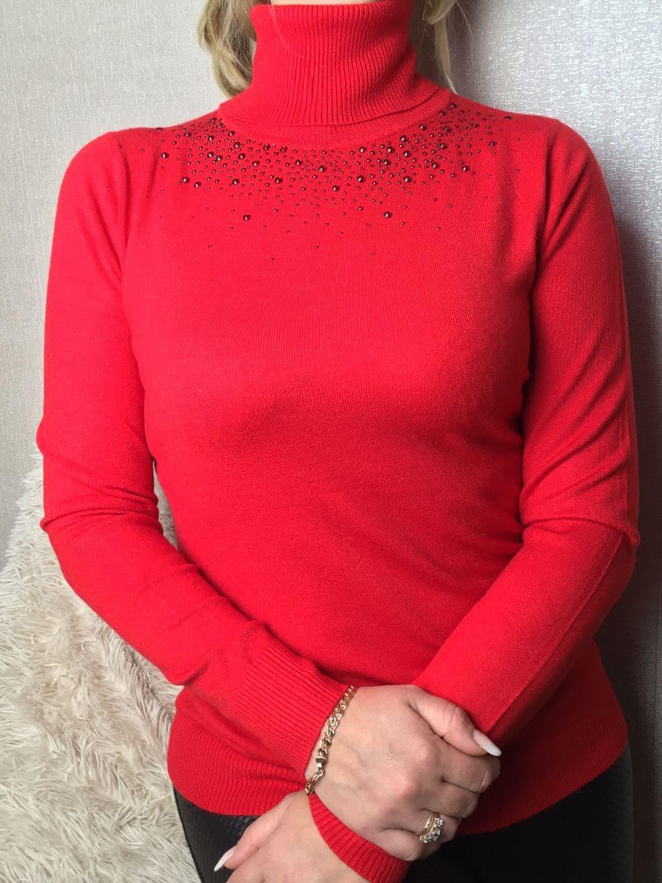 Водолазка женская с отворотом и стразами красная