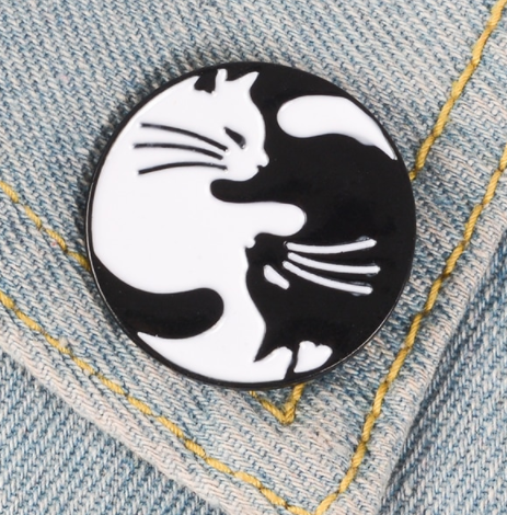 Брошь брошка значок пин кот кошка металл эмаль любовь черный и белый инь янь монада