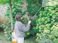 Обработка деревьев сада опрыскивателем