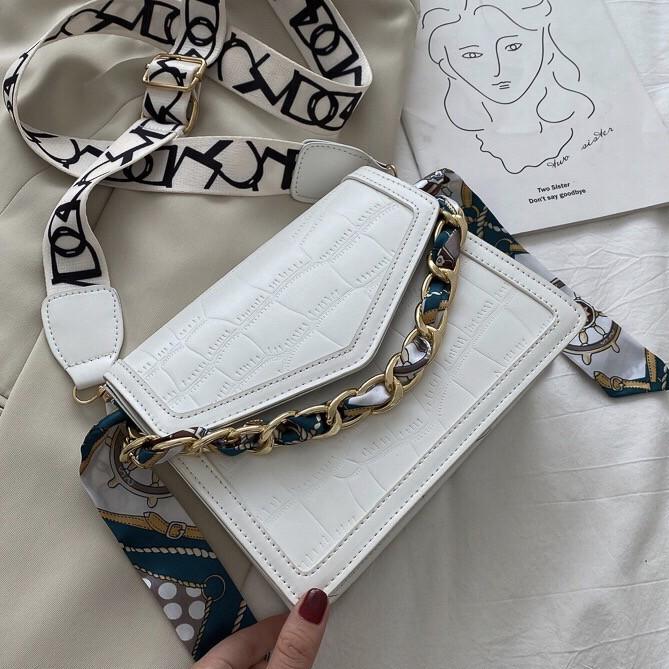 Женская классическая сумочка рептилия через плечо на широком ремешке с цепочкой белая