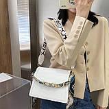 Женская классическая сумочка рептилия через плечо на широком ремешке с цепочкой белая, фото 6