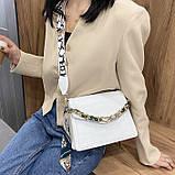 Женская классическая сумочка рептилия через плечо на широком ремешке с цепочкой белая, фото 5
