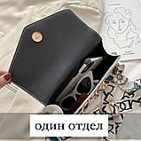 Женская классическая сумочка рептилия через плечо на широком ремешке с цепочкой белая, фото 3