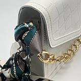 Женская классическая сумочка рептилия через плечо на широком ремешке с цепочкой белая, фото 8
